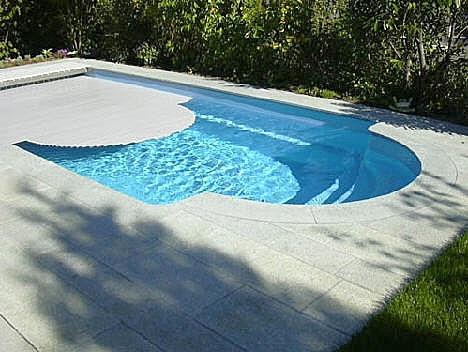 Polyester zwembaden ook bij cornerstone for Inbouw zwembad zelf bouwen